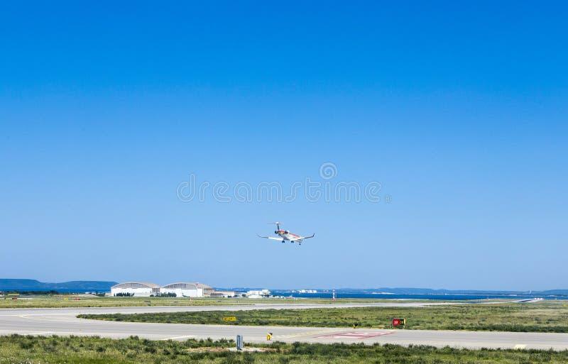 El avión está aterrizando en el aeropuerto de Marsella imagenes de archivo