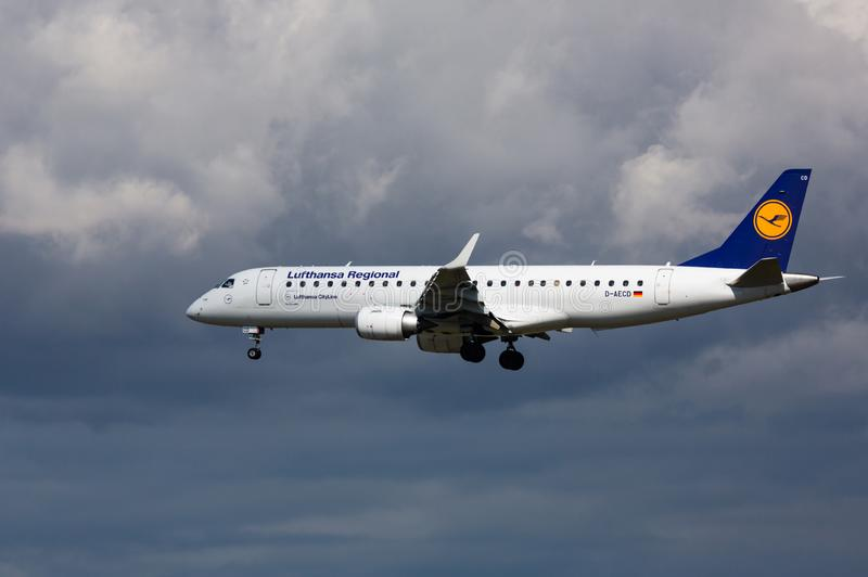 El avión está aterrizando en una tormenta imagenes de archivo