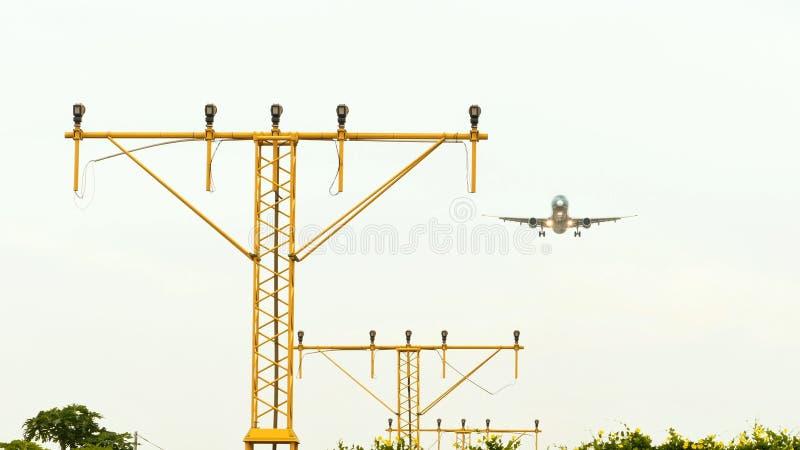 El avión se sienta sobre los faros de las luces de pista fotos de archivo