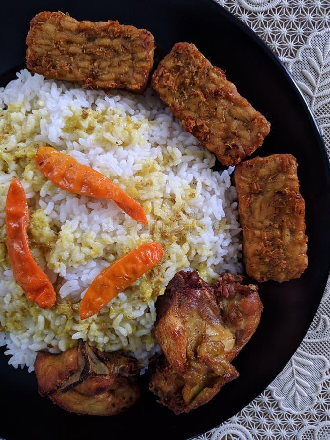El ayam de Nasi o el arroz del pollo es culinario casero indonesio foto de archivo libre de regalías