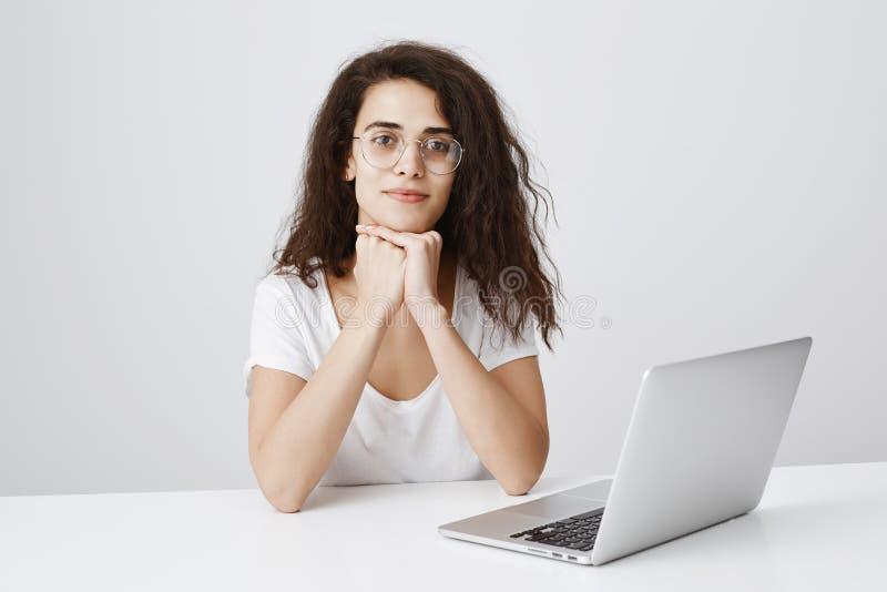 El ayudante atractivo escucha cuidadosamente la historia del compañero de trabajo Retrato de la cabeza que se inclina femenina ap imágenes de archivo libres de regalías