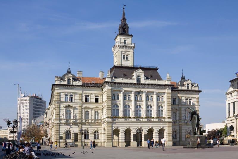 El ayuntamiento en la ciudad de Novi Sad en Serbia fotos de archivo