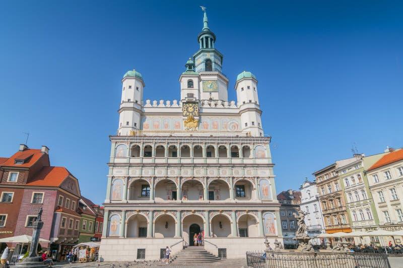 El ayuntamiento en la Plaza Vieja en Poznan, Polonia fotos de archivo