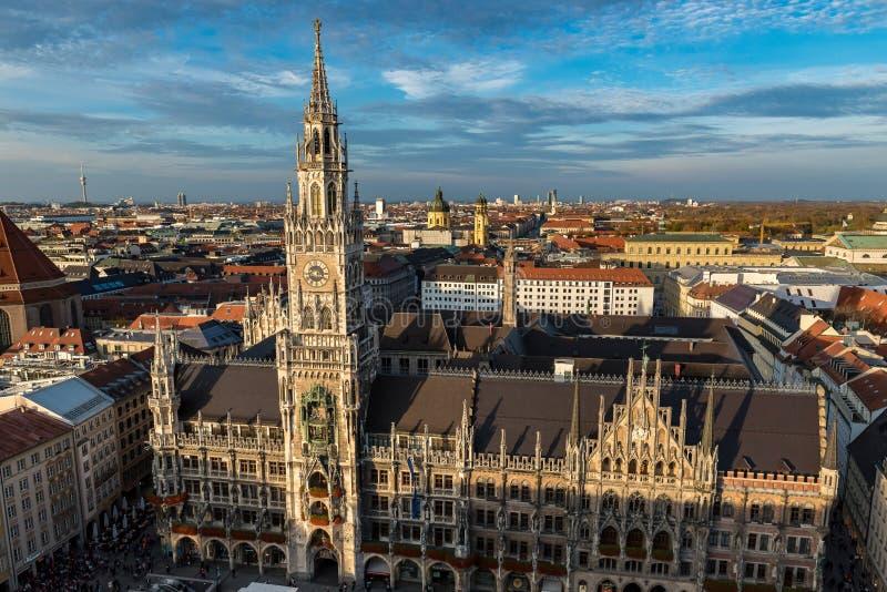 El ayuntamiento en Munich colocó en el Marienplatz fotografía de archivo