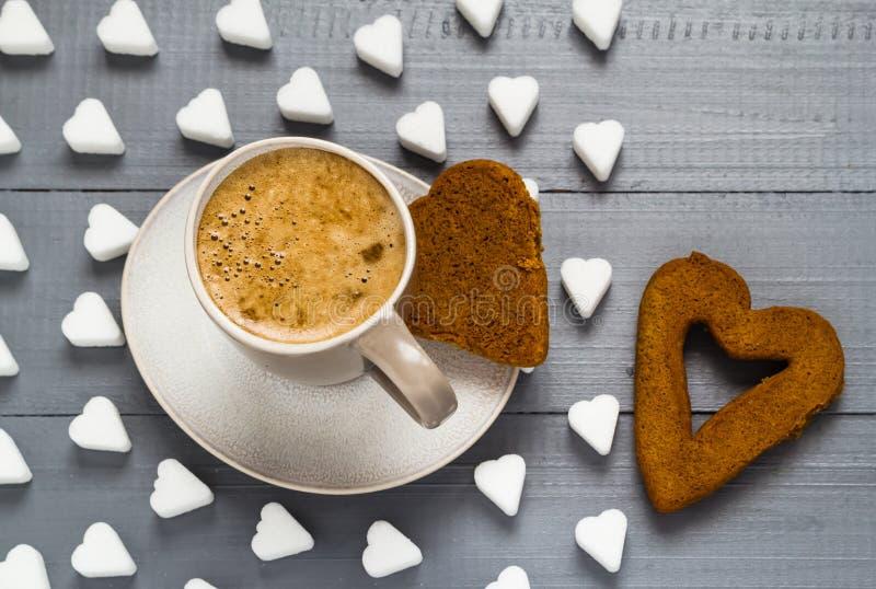 El azúcar de los tableros del café de la taza de la tarjeta del día de San Valentín cubica el corazón de las tortas fotografía de archivo