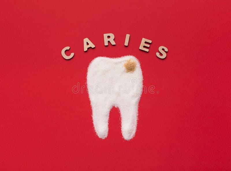 El azúcar destruye el esmalte de diente y lleva a la carie imagenes de archivo