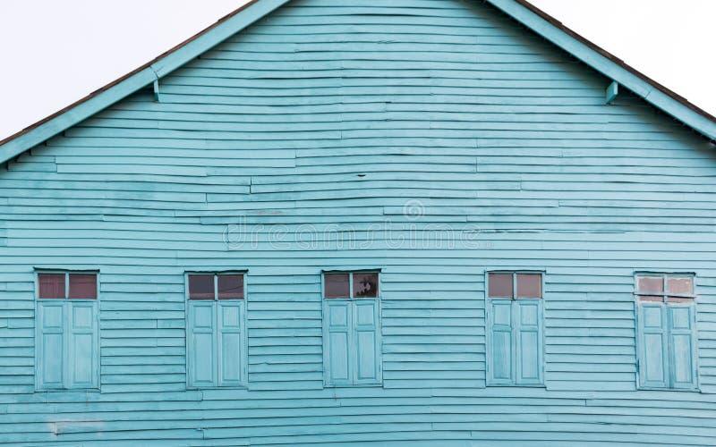 El azul brillante pintado casa de madera vieja fotos de archivo