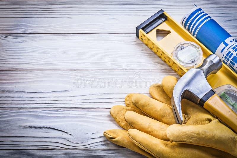 El azul del martillo de garra rodó los guantes llanos o de la seguridad de los planes de la construcción fotos de archivo libres de regalías
