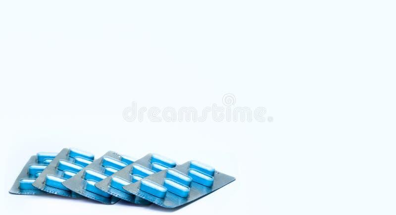 El azul hace tabletas píldoras en paquetes de ampolla en el fondo blanco Cinco paquetes de medicina antivirus para la infección v fotos de archivo