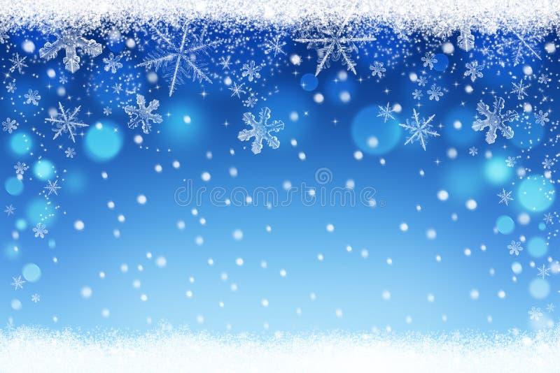 El azul hermoso empañó fondo del bokeh del cielo de la nieve de la Navidad y del invierno con los copos de nieve cristalinos ilustración del vector