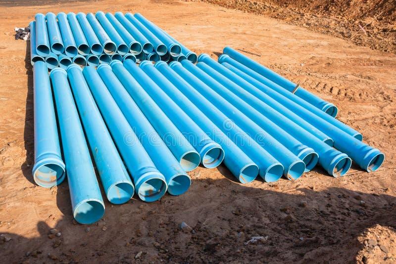 El azul instala tubos la construcción foto de archivo