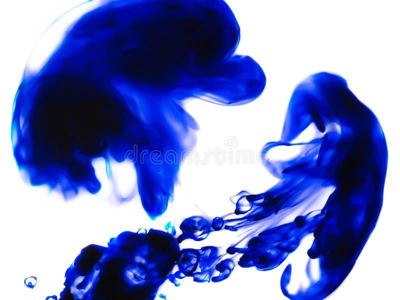 """El azul mancha abstracción del †""""en el fondo blanco imagen de archivo"""