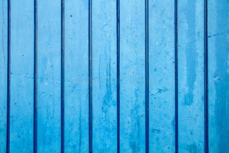 El azul pintó el perpendicular de madera del tablón de la pared al marco como fondo azul saturado simple de madera de la madera d fotos de archivo libres de regalías
