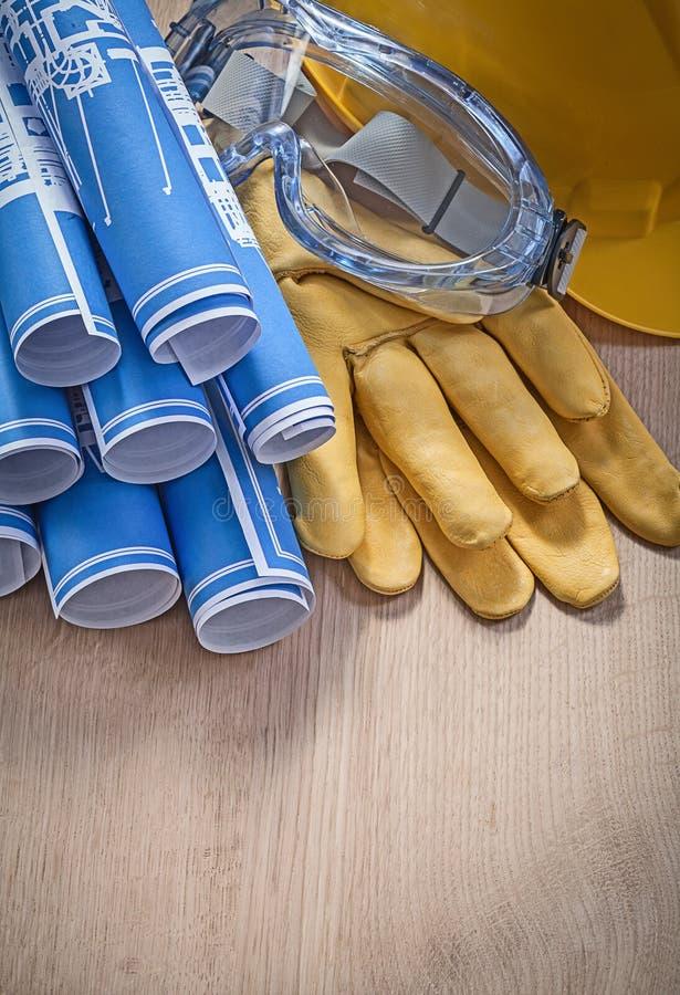 El azul protector del workwear rodó dibujos de ingeniería en b de madera fotos de archivo libres de regalías