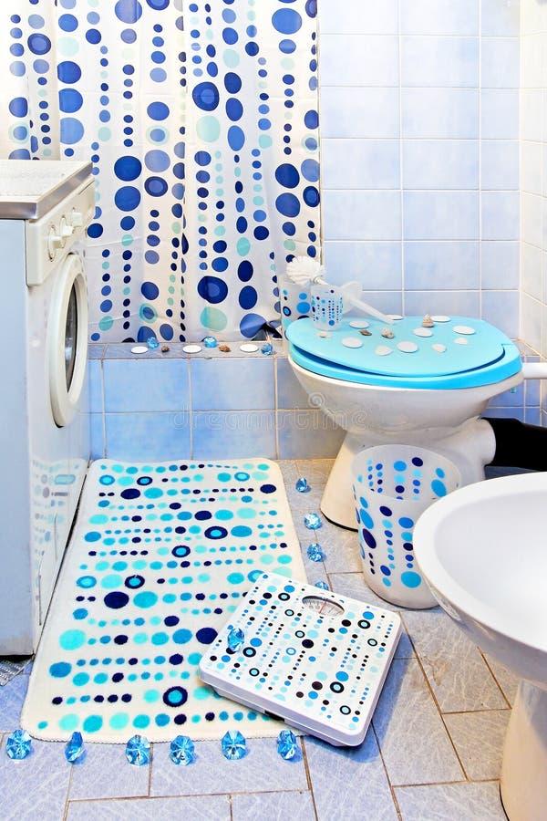 El azul puntea el cuarto de baño fotos de archivo