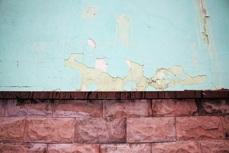 El azul rascó la pared con yeso y ladrillo de la peladura foto de archivo libre de regalías