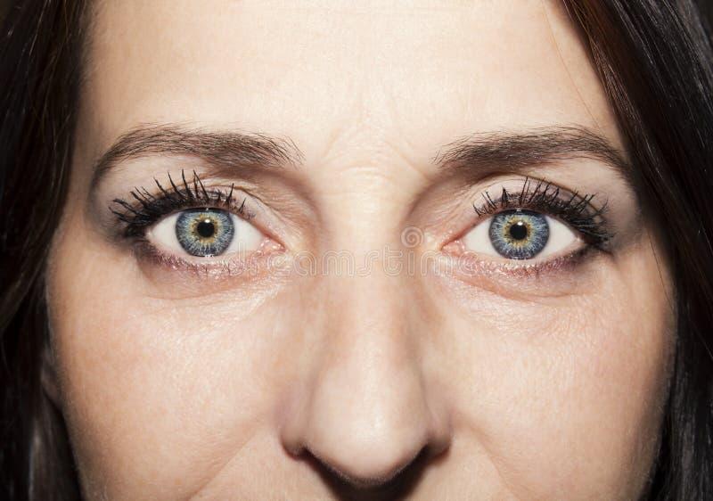 Miradas Vacias. El-azul-s-de-la-mujer-mirada-profunda-hermosa-observa-101975566