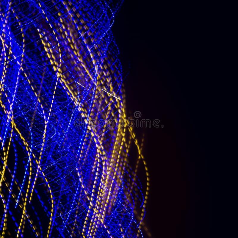 El azul y el amarillo torcieron el fondo ligero de los rastros imagenes de archivo