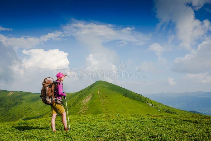 El backpacker de la mujer en las montañas disfruta de la visión foto de archivo