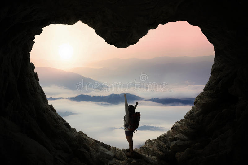 El Backpacker en cueva disfruta de Mountain View imagenes de archivo