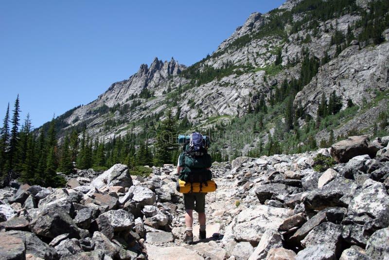 El Backpacking en Montana fotos de archivo