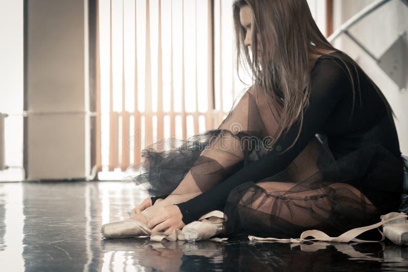 El bailarín de ballet de sexo femenino pone pointes foto de archivo