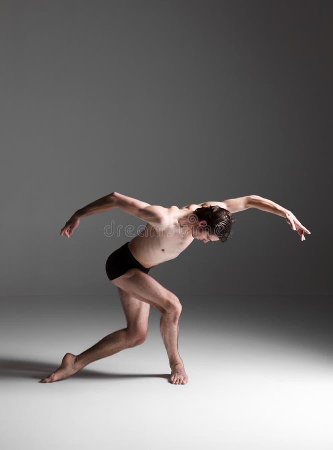 El bailarín de ballet moderno atractivo joven en blanco imagenes de archivo