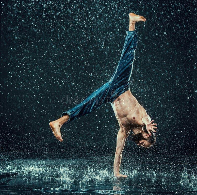 El bailarín de sexo masculino de la rotura en agua imagen de archivo