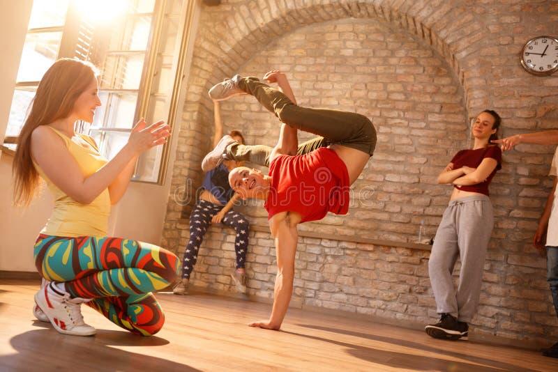 El bailarín de sexo masculino del freno mantiene el equilibrio en su mano foto de archivo