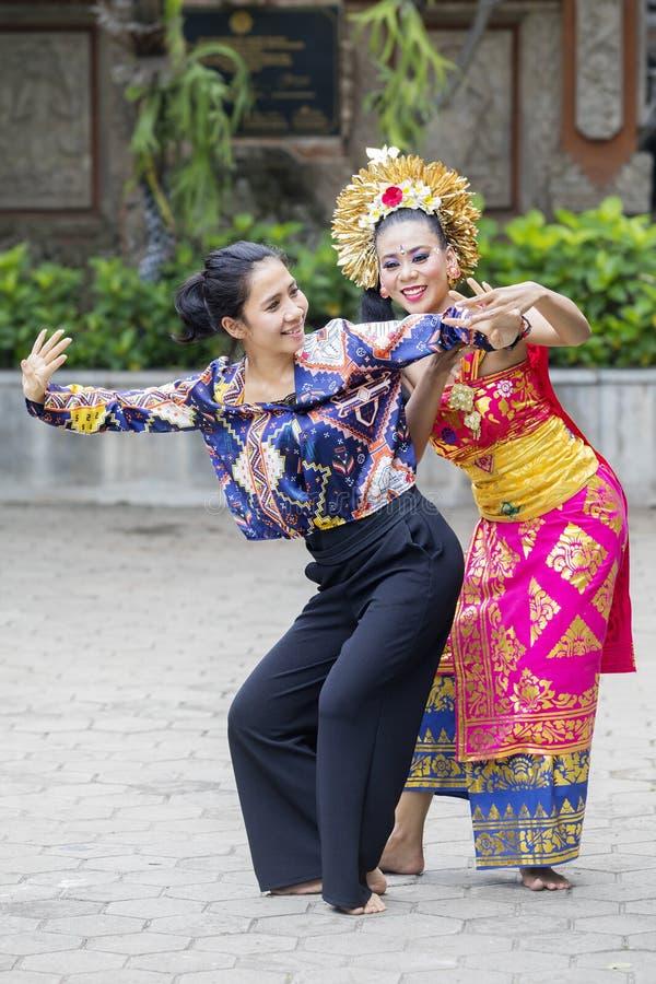 El bailarín del Balinese enseña a la danza de Pendet a un turista fotografía de archivo libre de regalías