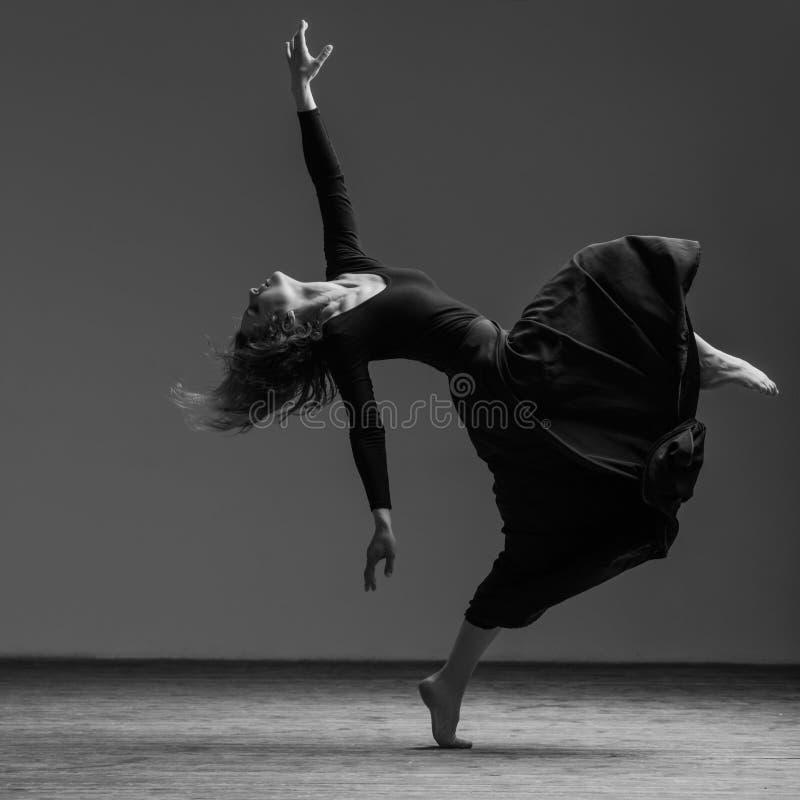 El bailarín hermoso joven está presentando en estudio fotografía de archivo