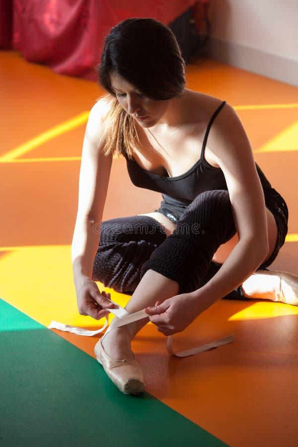 El bailarín joven de la mujer del ballet se prepara para entrenar foto de archivo