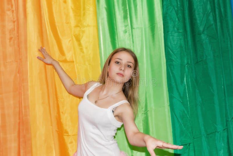 El bailarín joven hermoso se separa los brazos foto de archivo libre de regalías