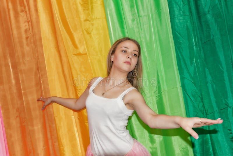 El bailarín joven hermoso se separa los brazos imagen de archivo libre de regalías