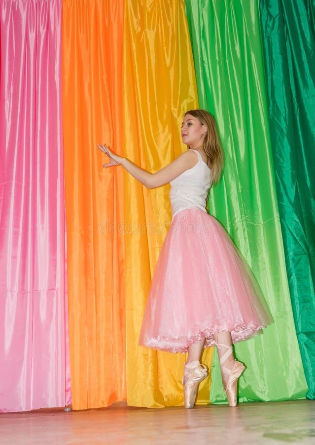 El bailarín joven que calienta en el gimnasio que hace danza se mueve fotografía de archivo