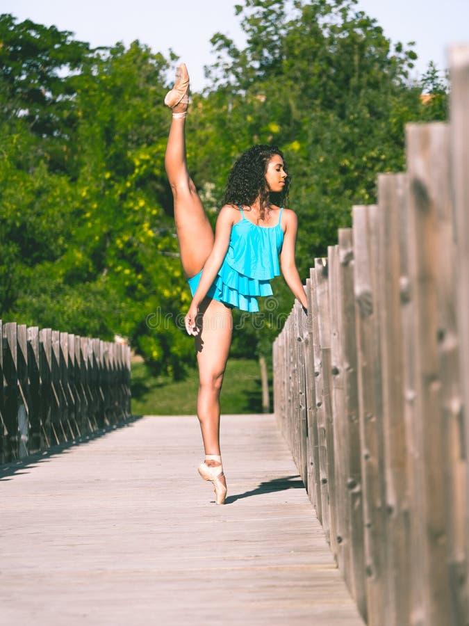 El bailarín latino con la pierna aumentó sobre su cabeza foto de archivo libre de regalías