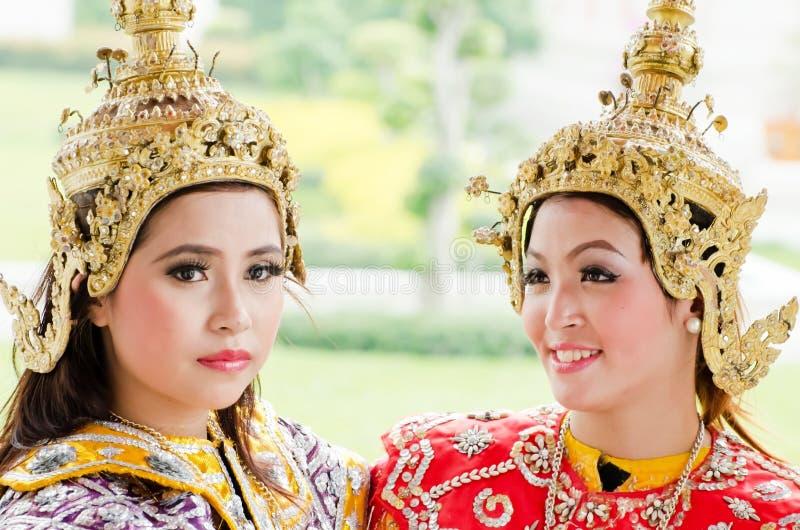 El bailarín no identificado realiza danza popular tailandesa fotografía de archivo libre de regalías