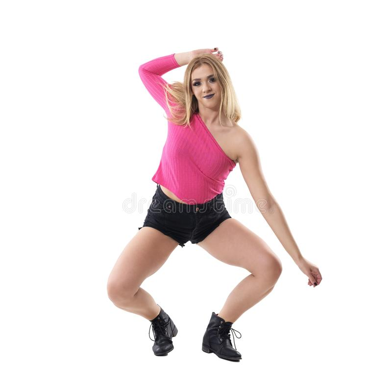 El bailarín rubio flexible del jazz de la mujer que se agacha que se mueve en coreografía presenta imagenes de archivo