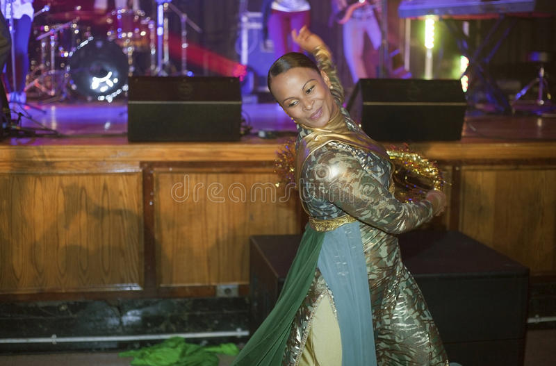 El bailarín se realiza para el concierto cristiano fotografía de archivo libre de regalías