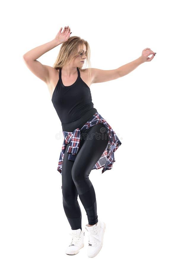 El baile femenino confiado enrrollado del jazz con los brazos aumentó para arriba con los ojos cerrados foto de archivo