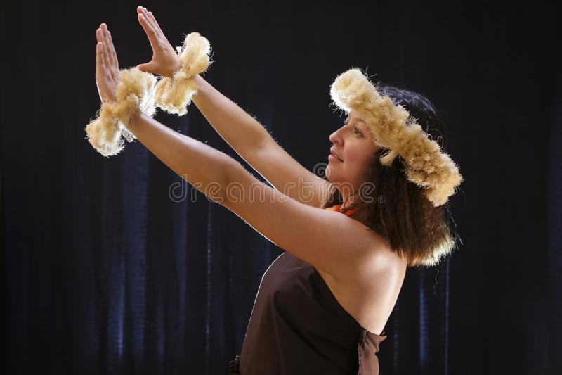 El baile hawaiano femenino sonriente de la muchacha y el canto con los instrumentos musicales les gusta el ukelele imágenes de archivo libres de regalías