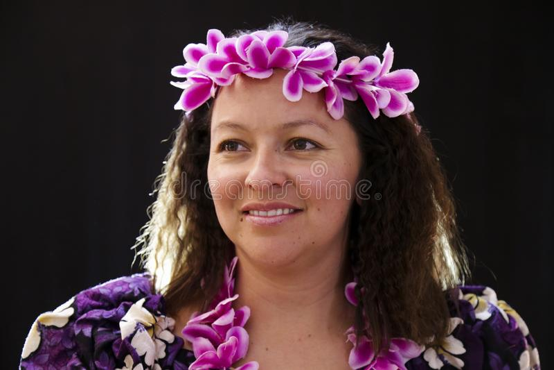 El baile hawaiano femenino sonriente de la muchacha y el canto con los instrumentos musicales les gusta el ukelele fotos de archivo libres de regalías