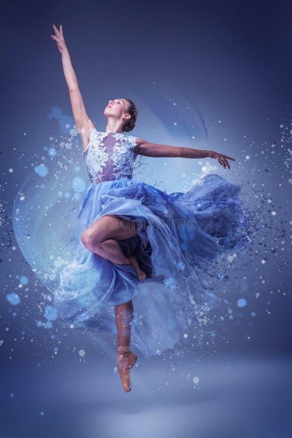 El baile hermoso de la bailarina en vestido largo azul imagenes de archivo