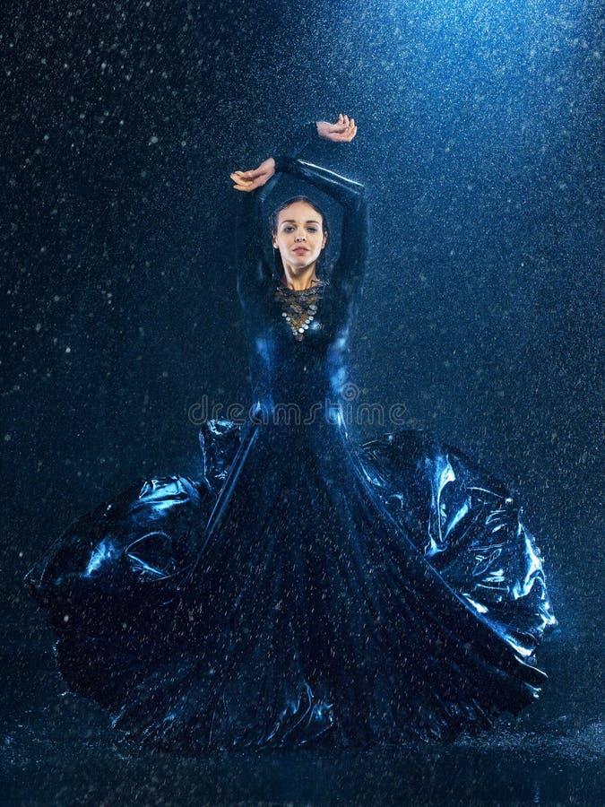 El baile moderno hermoso joven del bailarín debajo del agua cae foto de archivo libre de regalías