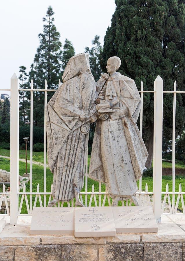 El bajorrelieve memorable en el patio de la basílica del anuncio en la ciudad vieja de Nazaret en Israel imagen de archivo