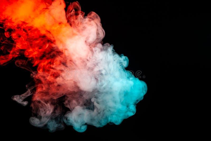 El balanceo iluminado multicolor del humo del azul al rojo a lo largo de las moléculas de la sustancia remolina en un fondo oscur imágenes de archivo libres de regalías