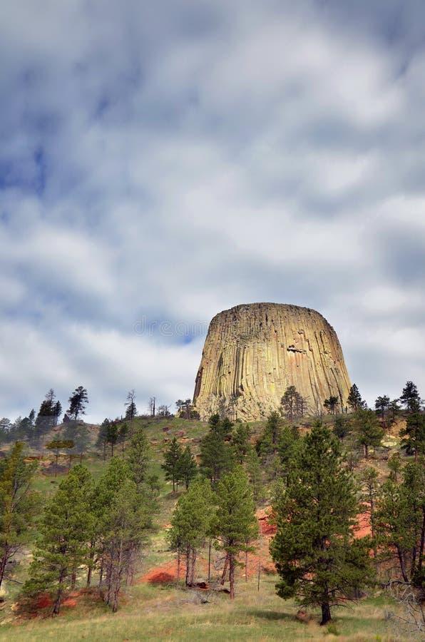 El balanceo se nubla sobre el monumento nacional de la torre del ` s del diablo fotografía de archivo libre de regalías