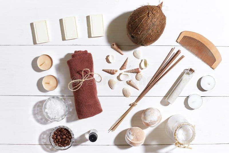 El balneario fijó con la sal del mar, el aceite esencial, el jabón y la toalla adornados con las conchas marinas en el fondo de m foto de archivo libre de regalías