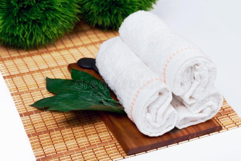 El balneario hermoso y la salud que fijan la composición en la tabla del masaje adentro relajan el centro en la pizarra con el es imagenes de archivo