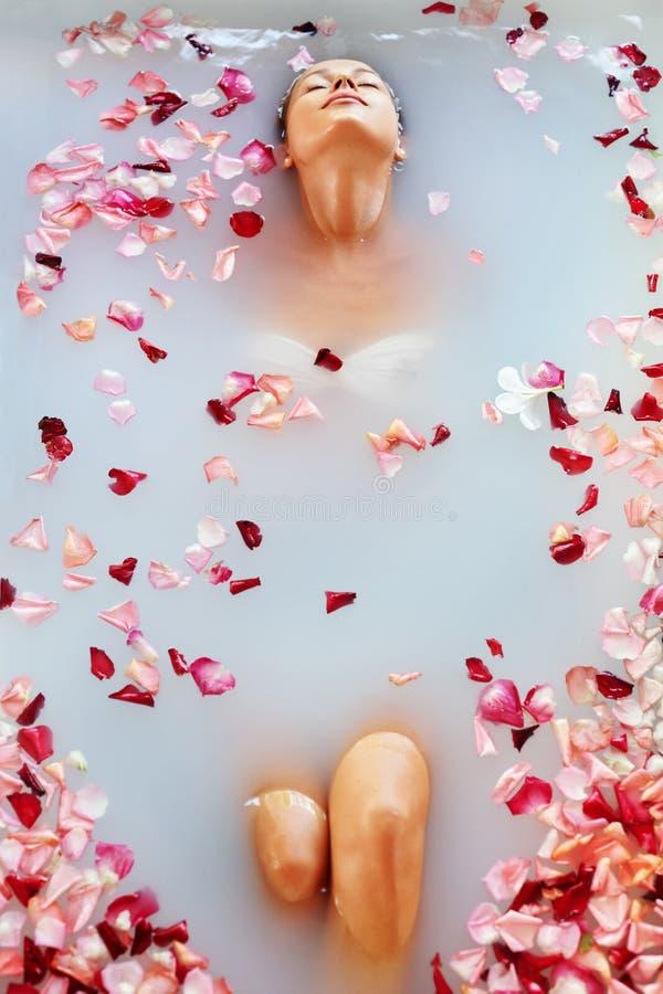 El balneario relaja el baño de la flor Salud de la mujer, tratamiento de la belleza, cuidado del cuerpo imagen de archivo